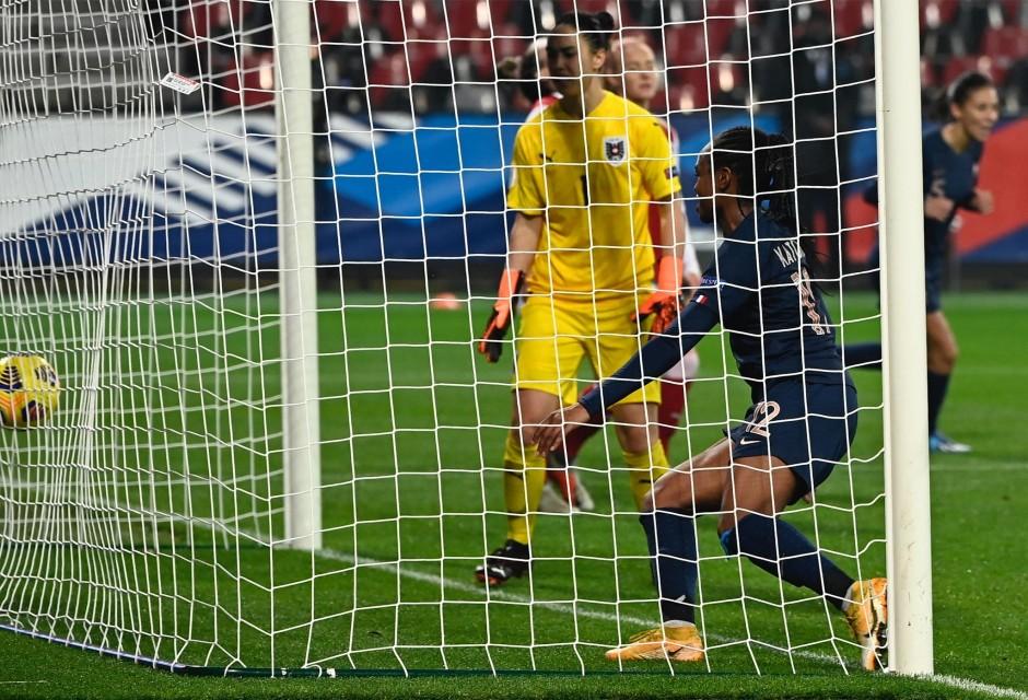 Katoto à l'affût sur le troisième but des Bleues (photo FFF)