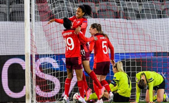 Au centre, Coumba Sow célèbre le but de l'égalisation (photo UEFA.com)