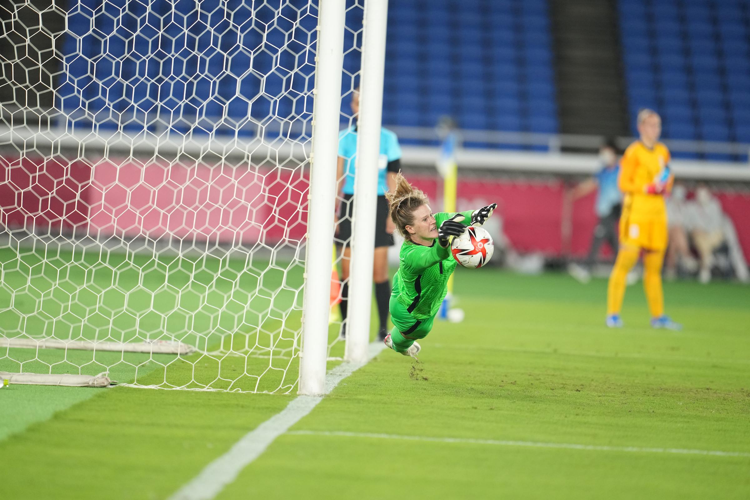 Naeher sort deux tirs au but après un penalty (photo US Soccer)