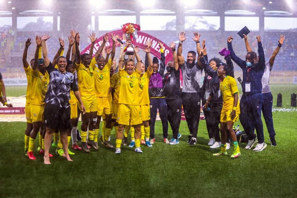 Janine van Wyk soulève le trophée (photo Aisha Buhari Cup)