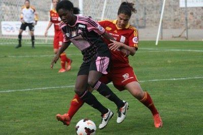 Ella Kaabachi tente de récupérer le ballon à Aminata Diallo