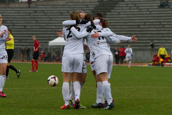 Les Juvisiennes fêtent leur premier but (photos W Morice/FCF Juvisy)