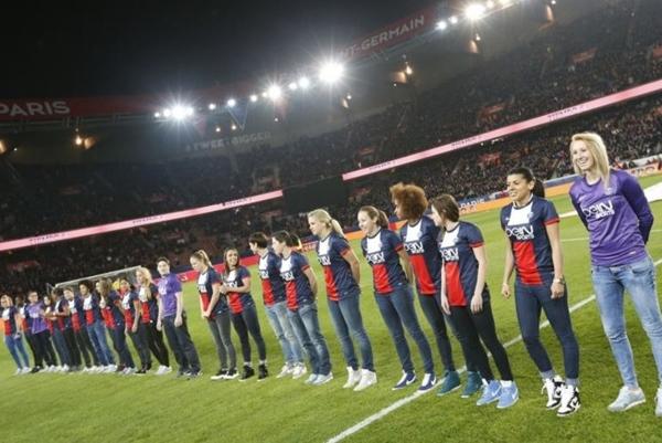 Les Parisiennes ont été présentées au public du Parc des Princes dimanche soir avec PSG - Nantes suite à leur victoire contre Lyon (photo PSG féminines)