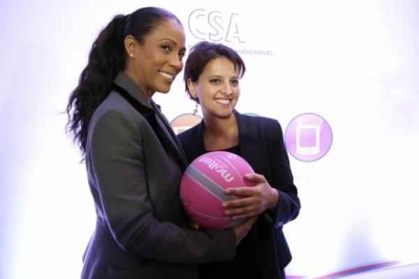 """Christine Kelly (présidente de la mission """"sport"""" et membre du CSA) aux côtés de Najat Vallaud-Belkacem, ministre des droits des femmes et porte-parole du Gouvernement. (Crédit : Marie Etchegoyen/CSA)."""