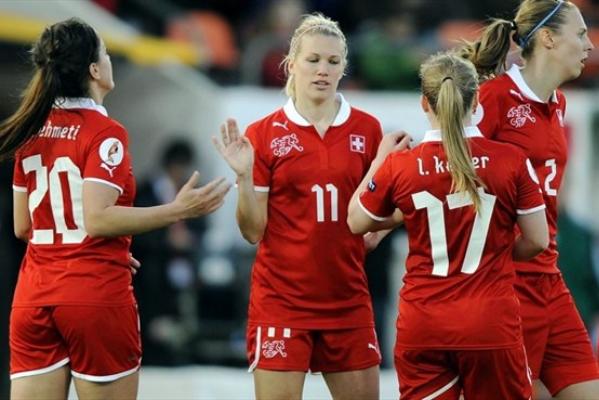 La Lyonnaise Lara Dickenmann aux côtés de ses coéquipières nationales (Photo : FIFA).