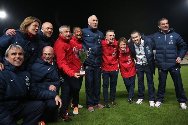 Le staff tricolore au complet avec le trophée (photo Sébastien Duret)