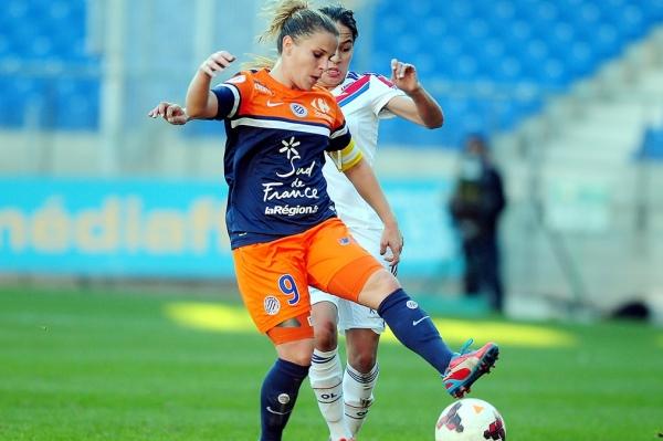 Elodie Ramos, ici au duel avec la jeune Lyonnaise Amel Majri, donnera tout pour faire une belle performance face à un adversaire qui n'est pas encore assuré de remporter le titre en D1 cette saison (Photo : MHSC).