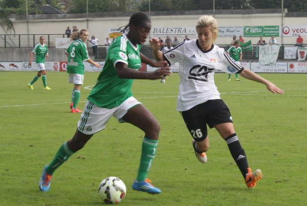 Les rôles sont inversés : le milieu offensif Rachel Saïdi vient tacler la défenseure Teninsoun Sissoko.