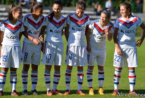 Dickenmann entourée par les jeunes face au Puy (photo Alex Ortega)
