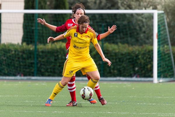 Flavie Lemaitre protège son ballon devant Charlotte Lozé (photo A Nelson Sindfoul)