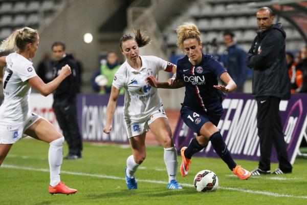 Kheira Hamraoui déborde sous le regard de Pascal Gouzenes et Farid Benstiti (photo PSG.fr)