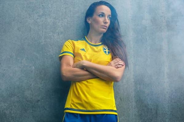 Suède - Lotta SCHELIN et Kosovare ASLLANI présentent le maillot de la SUEDE pour le MONDIAL