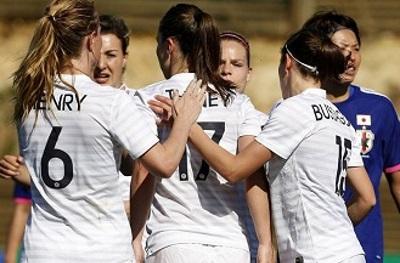 Thiney, deux buts et une passe décisive, félicitée par ses partenaires (photo AFP/FIFA.com)