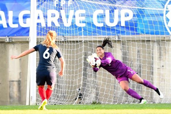Hope Solo stoppe le penalty d'Amandine Henry à la 81ème minute (photo US Soccer)