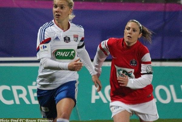 Ada Hegerberg, à gauche, revient à hauteur de Margot Robinne du FC Rouen (photo Fred Rouen)