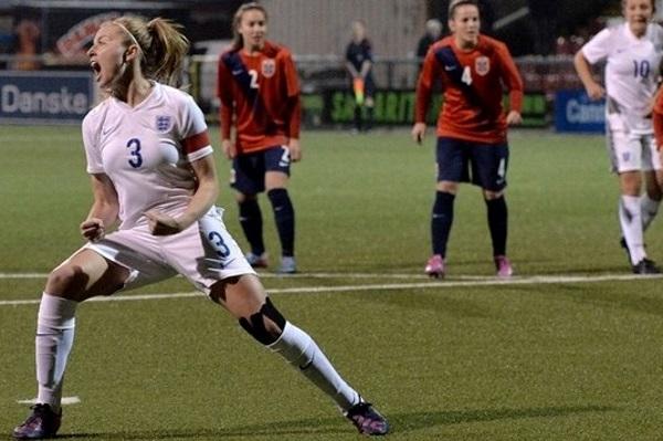 Leah Williamson célèbre son penalty transformé (photo UEFA)