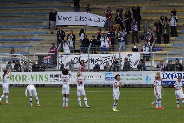 Les supporters lyonnais remercient Elise Bussaglia et Lara Dickenmann avant leur départ pour Wolfsburg (photo Sébastien Duret)