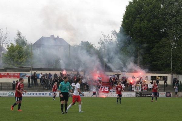 Le match a été interrompu quand des fumigènes tirés du kop parisien ont atterri sur la pelouse.