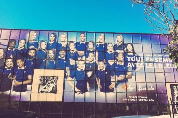Les Bleues affichées sur le siège de la FFF