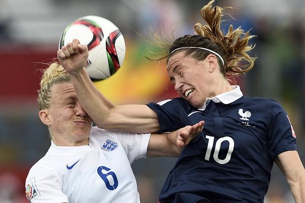 Laura Bassett, touchée dans le duel avec Abily (photo AFP)