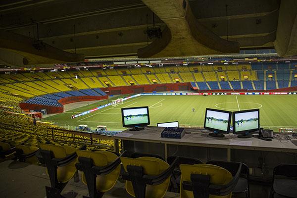 Le stade peut accueillir plus de 65 000 spectateurs, les médias sont tout en haut côté Sud.