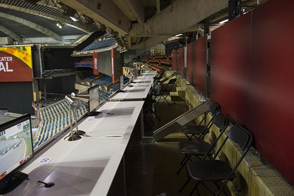 Voilà à quoi ressemblent les tribunes de presse.