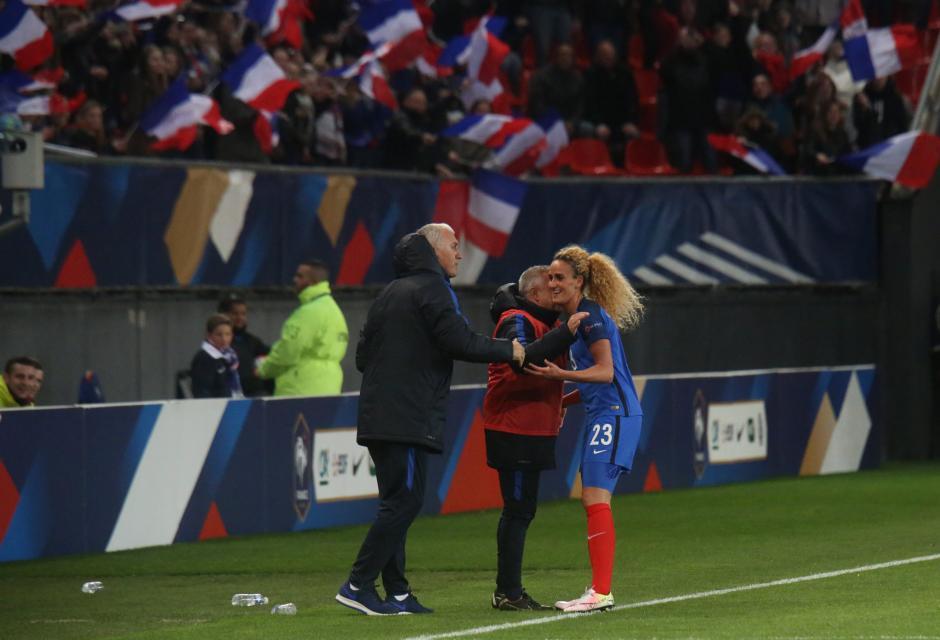 Hamraoui félicitée par ses coaches (photo A.Mesa/FFF)