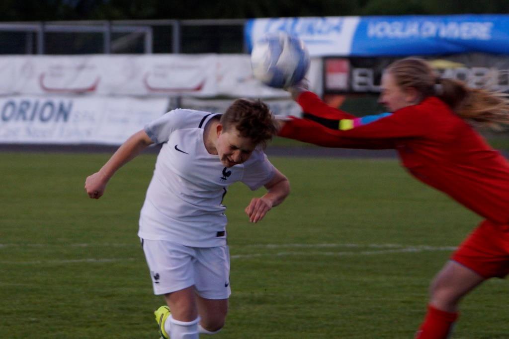 Saviana, ici sur une reprise de la tête, a inscrit le but de la victoire (photo Sébastien Duret)