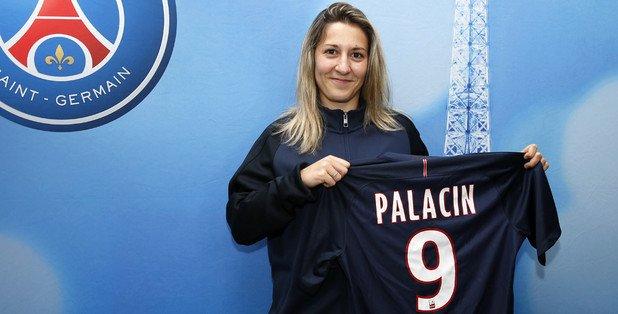 Sarah Palacin avec le maillot parisien (photo PSG.fr)