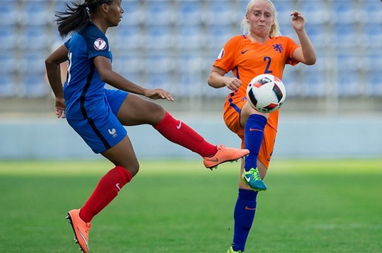 Morroni et Van Schijndel au duel (photo UEFA.com)