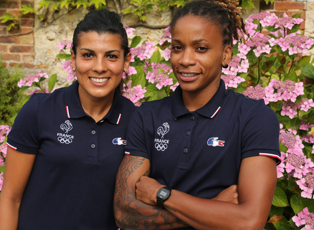 Kenza Dali et Elodie Thomis arborent la tenue Lacoste (photo FFF)