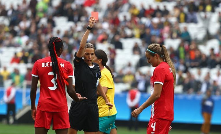 Frappart a délivré le premier carton rouge du tournoi (photo FIFA.com)