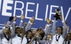 Renard soulève le trophée (photo AFP)