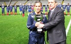 Fara Williams reçoit le trophée (photo : S. Duret)