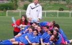 L'entraîneur Hervé Vincent et les joueuses fêtent leur titre