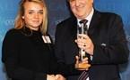 Marion Torrent avec le trophée du fair-play (photo : uefa.com)