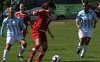 Les Limougeaudes (ici maillot rouge) ont encaissé sept buts à domicile face à Issy (crédit photo Limoges-Landouge)