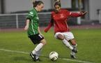 Stéphanie Hoffele à gauche aura réduit l'écart pour Montigny (photo : Noel/FF Issy)
