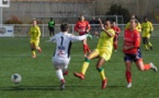 Lacoste sort devant Baldé lors du derby La Roche - Nantes (photo FCN)