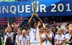 Wendie Renard soulevant le trophée en 2020