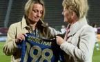 Sandrine Soubeyrand a reçu un maillot floqué du numéro 198 des mains de la secrétaire générale de la FFF, Brigitte Henriques, vendredi soir avant le match