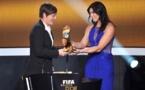 Abby Wambach, récompensée en 2012, avec la remise par Hope Solo (photo FIFA)