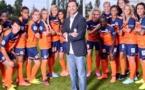 Jean-Louis Saez entouré de ses joueuses lors des photos officielles du MHSC (photo club)