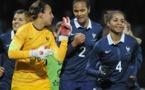 Sarah Bouhaddi et Wendie Renard échangent par le match