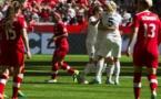 Steph Houghton et Karen Carney fécilitent leur partenaire Lucy Bronze (photo FIFA.com)