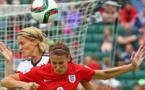 Duel indécis jusqu'au bout, ici avec Bartusiak et Scott (photo FIFA.com)