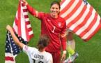 Carli Lloyd et Hope Solo avec le drapeau américain