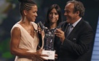 Celia Sasic après avoir annoncé l'arrêt de sa carrière, reçoit un dernier trophée (photo UEFA)