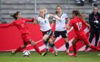 La joueuse de Soyaux Ipek Kaya tente une intervention sur Leonie Maier (photo DFB)