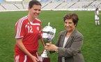 Christine Sinclair reçoit le trophée du vainqueur